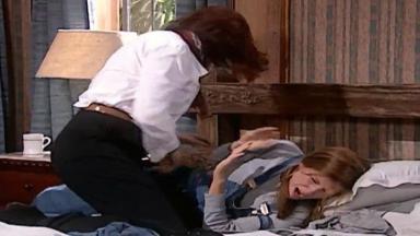 Cena de Laços de Família com Ingrid batendo em Íris