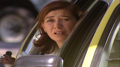 Cena de Laços de Família com Ingrid apavorada dentro do táxi