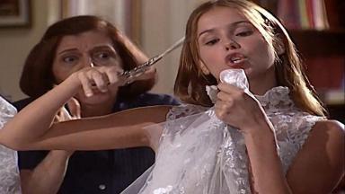 Cena de Laços de Família com Íris segurando uma tesoura e ameaçando cortar o vestido de noiva