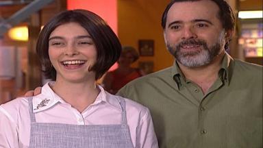 Cena de Laços de Família com Miguel e Ciça sorrindo sem graça