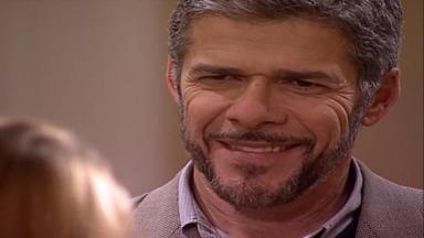 Cena de Laços de Família com Pedro sorrindo