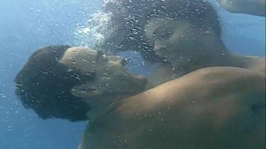 Cena de Laços de Família, Rita e Danilo abraçados no fundo da piscina