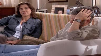 Cena de Laços de Família com Silvia e Pedro sentados no sofá conversando