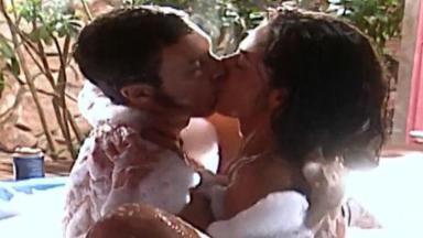Cena de Laços de Família com Simone beijando Maurinho com ambos nus na banheira
