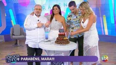 Leão Lobo, Livia Andrade e Gabriel Cartolano comemorando o aniversário de Mara Maravilha no Fofocalizando