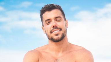 Lipe Ribeiro posa para foto em praia