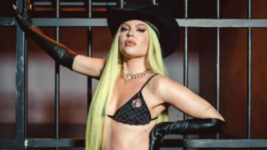 Luísa Sonza de lingerie e chapéu