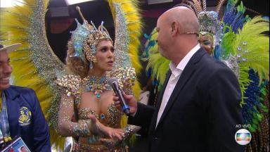 Lívia Andrade sendo entrevistada por Alex Escobar