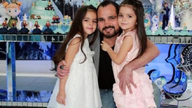 Luciano Camargo posa com filhas gêmeas