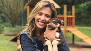 Luisa Mell posa para foto com um cachorro no colo.