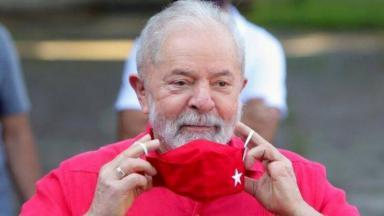 Lula tirando máscara do rosto