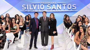 """Sílvio Santos, Oscar Filho e Maisa Silva posam para foto abraçados no auditório do """"Programa Silvio Santos"""""""