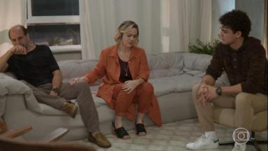 Regina, Max e Guga discutem durante revelação que Guga é gay. Os três sentados em sofás e chorando.