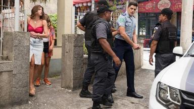 Marco Rodrigo sendo preso em cena de Malhação
