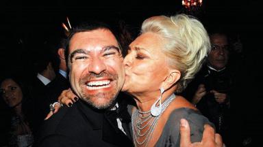 Marcello Camargo e Hebe Camargo, que beija o rosto do filho, posam para foto