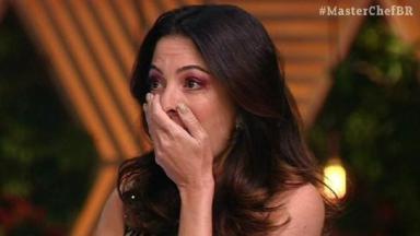Ana Paula Padrão chocada, com a mão na boca, em apresentação ao MasterChef
