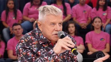 """Miguel Falabella sentado, fala ao microfone na bancada do """"Show dos Famosos"""""""