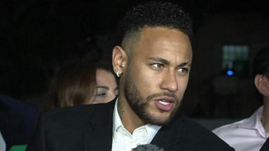 Neymar respondendo perguntas de repórteres