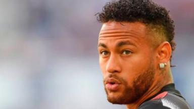 Neymar olhando para trás com o uniforme do PSG