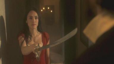 Cena de Novo Mundo com Anna armada com uma espada