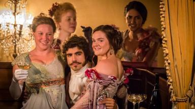 Cena de Novo Mundo com Caio Castro, Luisa Micheletti e outras atrizes