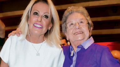 Ana Maria Braga e Palmirinha Onofre sorrindo e abraçadas