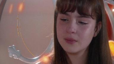 Protagonista de As Aventuras de Poliana chorando em cena da novel