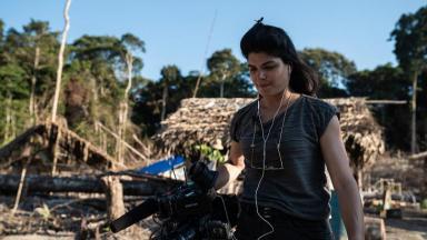 Danielle Zampollo no meio do Amazônia  segura material de reportagem