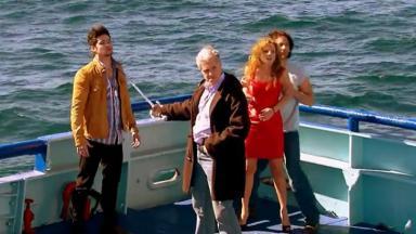 Cena de Quando me Apaixono com Renata sequestrada e Augusto apontando uma espada para Aníbal