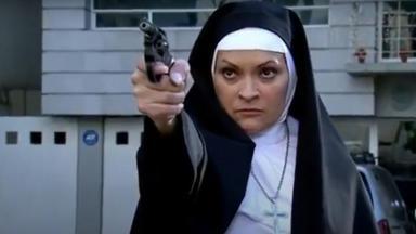 Cena de Quando me Apaixono com Josefina vestida de feira e segurando uma arma