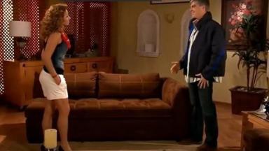 Cena de Quando me Apaixono com Renata e Augusto conversando em pé