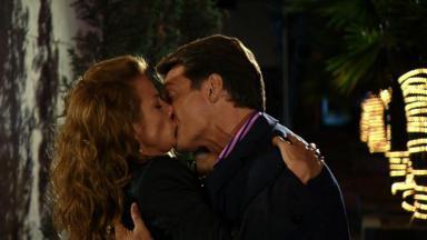 Cena de Quando me Apaixono com Renata e Jerônimo se beijando