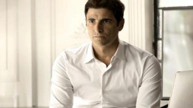 Reynaldo Gianecchini de camisa branca e sério
