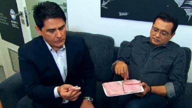 César Filho e Geraldo Luis, sentados, comem presunto