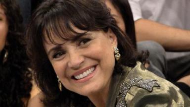 Regina Duarte posando para foto