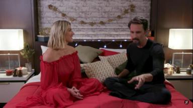 Giovanna Ewbank entrevistando Rodrigo Santoro numa cama