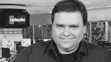 O apresentador Rodrigo Rodrigues em foto preto-e-branco