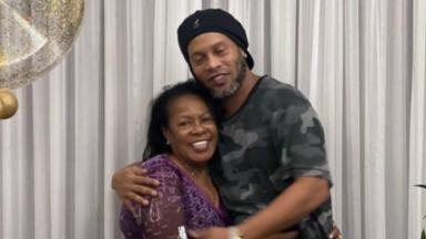 Dona Miguelina e Ronaldinho Gaúcho abraçados