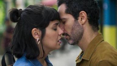 """Sara e Ali, de """"Órfãos da Terra"""", se beijam"""