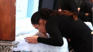 Silvia Abravanel beija a testa de Gugu Liberato em velório
