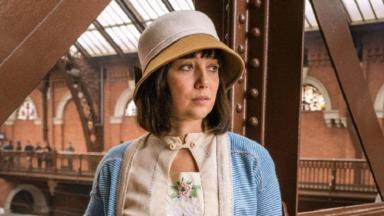Simone Spoladore com expressão triste interpretando Clotilde de Éramos Seis