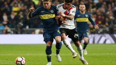 Jogadores do Boca Jrs e River Plate disputam bola