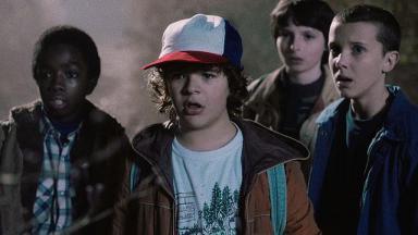 Atores de Stranger Things durante cena da série