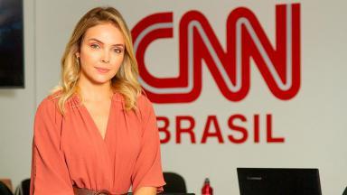 Tais Lopes diante do logo da CNN Brasil