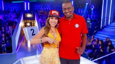 Patrícia Abravanel posa para foto com o participante do Topa ou Não Topa