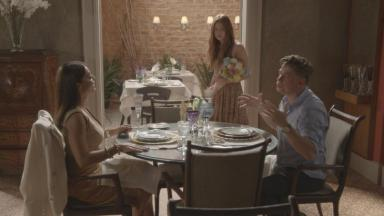 Arthur e Carolina jantando e Eliza em pé vendendo flores em Totalmente Demais