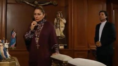 Cena de Triunfo do Amor com Bernarda de costas para João Paulo na sacristia da igreja