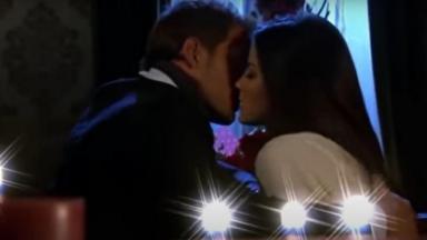 Cena de Triunfo do Amor com Maria e Max se beijando