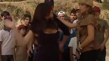 Cena de Triunfo do Amor com Maria dando um tapa na cara de Helena com várias crianças olhando