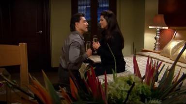 Cena de Triunfo do Amor com Osvaldo e Vitória tomando champanhe